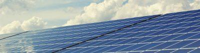 Photovoltaik-Anlage unter blauem Himmel